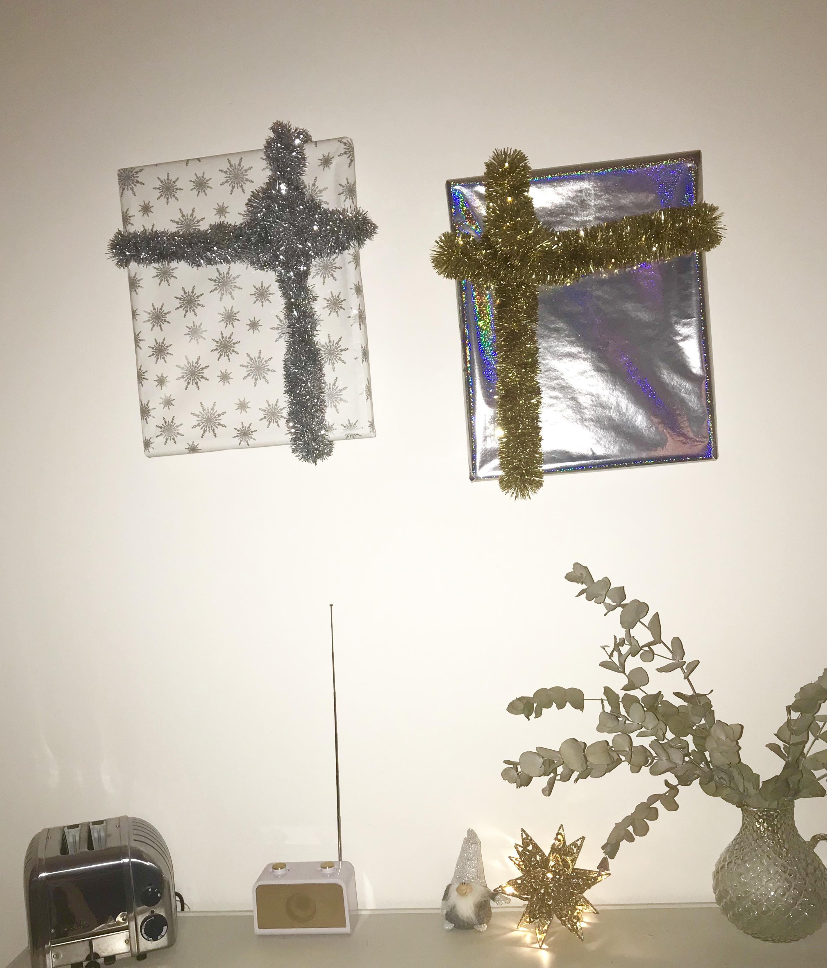 julklappar på väggen