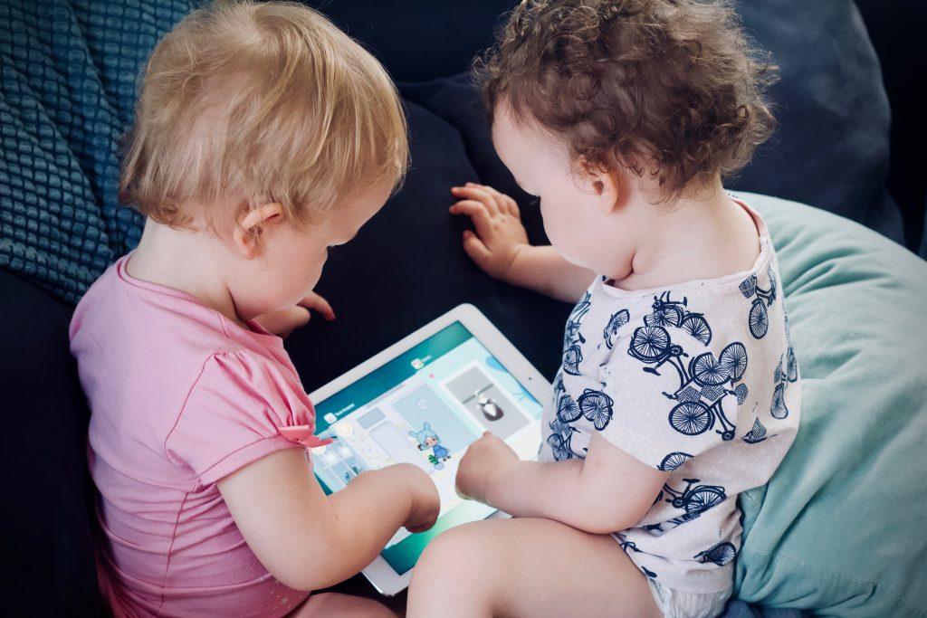 små barn skärmar