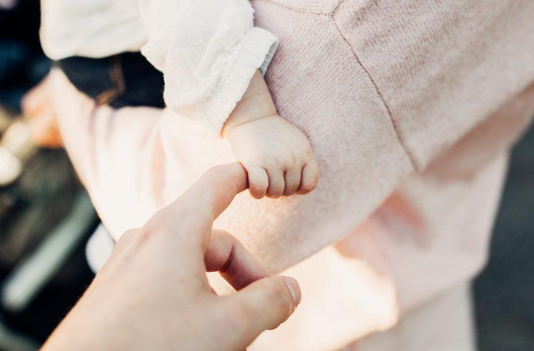 Kan man skämma bort ett barn med närhet?